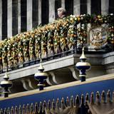 Beatrix betritt als erste den Balkon.