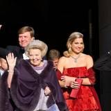 29. April  Am Vorabend der Abdankung machen sich Willem-Alexander, Beatrix und Máxima vom Palast in Amsterdam auf den Weg zum großen Galadinner im Rijksmuseum.