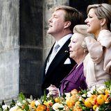 Gemeinsam wird die Nationalhymne gesungen. Máxima hält Beatrix' Hand.
