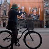 Das Theater in Amsterdam zeigt die Königin und ihren Thronfolger: in dem Moment, in dem Beatrix die Abdankungsurkunde unterschrieben hat, ist Willem-Alexander König.