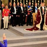 Mitglieder der Regierung schwören den Eid auf den neuen König.