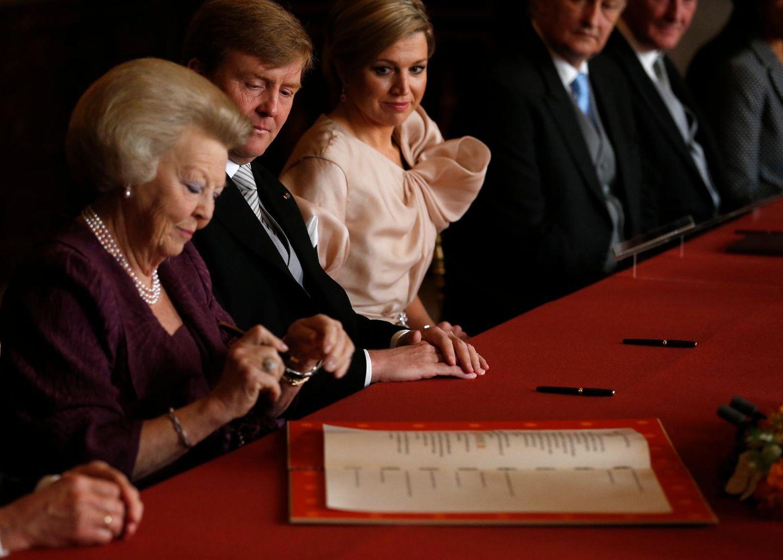 Ein historischer Moment: mit der Unterschrift dankt Königin Beatrix ab.