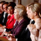 Die Noch-Königin begrüßt alle Anwesenden im Mosessaal des Königspalastes in Amsterdam.