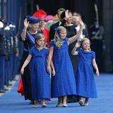 Die Farbe Blau ist nach Orange die vorherrschende Farbe, sowohl bei den Kleidern der kleinen Prinzessinnen, als auch beim Teppich und den Uniformen der Garde.