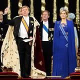 Der feierliche Moment: König Willem-Alexander legt den Eid auf die Verfassung ab, die Symbole der königlichen Macht im Blick und Ehefrau Máxima an seiner Seite.