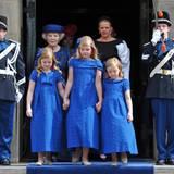 Ariane, Amalia und Alexia tragen Kleider aus dem gleichen Stoff, aber alle sind ein wenig anders geschnitten.