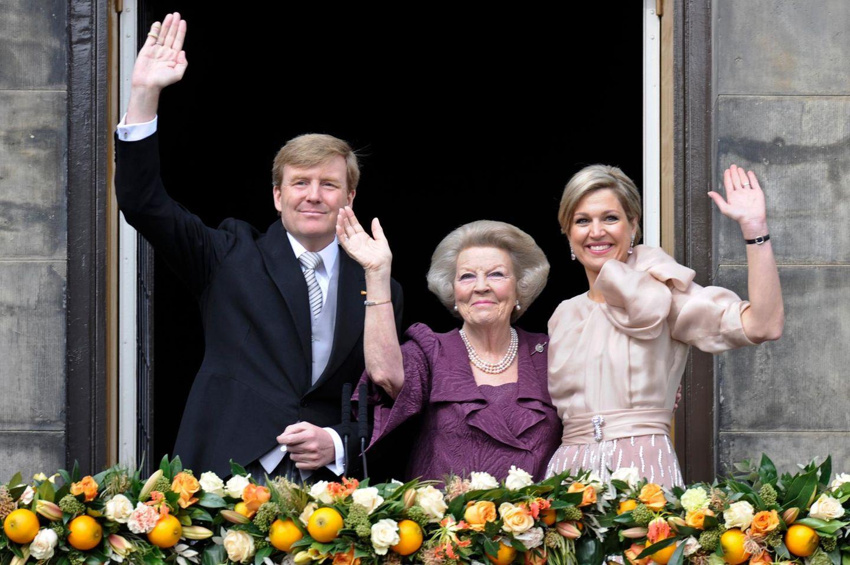 Nach der Abdankung zeigen sich Prinzessin Beatrix, König Willem-Alexander und Königin Máxima gemeinsam auf dem Schlossbalkon.