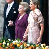 König Willem-Alexander, Prinzessin Beatrix und Königin Máxima auf dem Balkon.