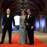 Fürst Albert von Monaco trifft zusammen mit Erbgroßherzog Guillaume von Luxemburg und seiner Frau Stéphanie ein. Dass der regierende Fürst selber nach Amsterdam gereist ist, ist ungewöhnlich. Alle anderen Länder schickten nämlich - gemäß Protokoll - ihre Thronfolger.