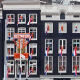 Die Nationalflaggen zieren auch diverse Häuserfronten am Hauptbahnhof in Hollands Hauptstadt.
