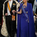 Das neue Königspaar der Niederlande schreitet durch die Nieuwe Kerk. Das blaue Kleid stammt - wie man erwartet hatte - von einem niederländischen Designer, nämlich von Jan Taminiau.