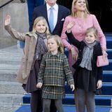 1. Mai  Am Tag nach dem Thronwechsel zeigen sich König Willem-Alexander und Königin Máxima mit ihren Kindern Amalia, Ariane und Alexia gut gelaunt vor dem Königspalast in Amsterdam.