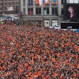 Tausenden verfolgen die Abdankung, die auf Großleinwänden übertragen wird.