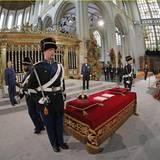 In der Nieuwe Kerk liegt alles bereit für die Huldigung und die Ankunft der hochkarätigen Gäste aus Adel und Politik.