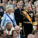 Prinz Charles trägt Uniform, Ehefrau Camilla trägt ein hellblaues Kleid mit einem Fascinator, den man schon mal bei ihr gesehen hat.