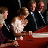 Nach Beatrix und Willem-Alexander unterschreibt Máxima die Abdankungsurkunde.