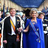 Hand in Hand schreiten Willem-Alexander und Máxima nach der feierlichen Zeremonie aus der Kirche.