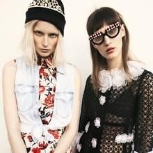 Katrin trägt ein Blumenkleid von Jil Sander Navy. Ärmelloses Jeanshemd von H&M, Mütze von Reebok. Franzi: Kleid von Moschino, Brille von Prada, BH von Triumph, Boy Shorts von American Apparel