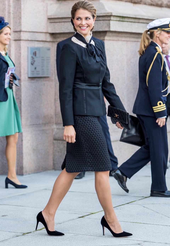 """Ihre Outfit rundet sie mit schwarzen """"Gianvito Rossi"""" Pumps (rund 500 Euro) und einer passenden """"Marc Jacobs""""-Clutch ab. Die edle schwarze Jacke haben wir an der Prinzessin übrigens schon einmal gesehen..."""