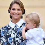 Prinzessin Madeleine zeigt sich bei der Taufe ihres Neffen Prinz Alexander überraschend bieder und erscheint in einem geblümten hochgeschlossenen Kleid im Schuluniform-Stil. Welcher Look gefällt Ihnen besser?