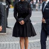 """Nach der Parlamentseröffnung findet am Abend noch ein Konzert in der Konzerthalle statt, zu dem Prinzessin Madeleine wieder in einem spektakulären Outfit erscheint. Wieder entscheidet sich die 34-Jährige für ein schwarzes Spitzen-Kleid mit raffiniert aufgenähten Schmucksteinen - sicher ein teures Designerstück. Dazu kombiniert sie spektakuläre High Heels von """"Tabitha Simmons Freya"""" (725 Euro) und eine schwarze """"Rodo""""-Clutch (340 Euro)."""