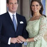Auf ihrem offiziellen Verlobungsfoto mit Chris O'Neill trägt Prinzessin Madeleine ein mintgrünes Kleid mit aufwendiger Spitzenverzierung und Schößchen. Ihr Verlobungsring ist von Cartier. Der rechteckige, große Diamant sitzt auf einer mit Diamanten besetzten Ringschiene.