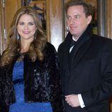 Auch in der Schwangerschaft bleib Prinzessin Madeleine ihrem femininen, eleganten Kleidungsstil treu. Neben Ehemann Chris O'Neill strahlt sie in einer bodenlangen, royalblauen Spitzenrobe.