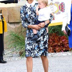 Taufe Prinz Alexander von Schweden: Prinzessin Madeleine kommt in einem blumigen Schulmädchenkleid der Marke Erdem. Söhnchen Niclas trägt ganz klassisch Schwarz und Weiß.