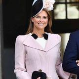 An König Carl Gustafs 70. Geburtstag: Madeleines Stil erinnert an den von Herzogin Catherine. Ein A-Linien-förmiger Mantel von Alexander McQueen und dazu ein Blumen-Hut von Philip Treacy, den sie seitlich auf ihrem Kopf trägt. Darunter ein Kleid von Giambattista Valli.