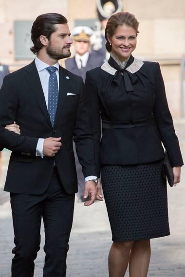 Prinzessin Madeleine sieht aus wie eine schwarze Gräfin. Sie zeigt sich super elegant und wirkt speziell in diesem Outfit sehr unnahbar.