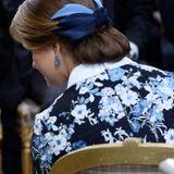 Prinzessin Madeleines Haare sind zu einem eleganten Chignon frisiert, der von einer farblich passenden Schleife veredelt wird.