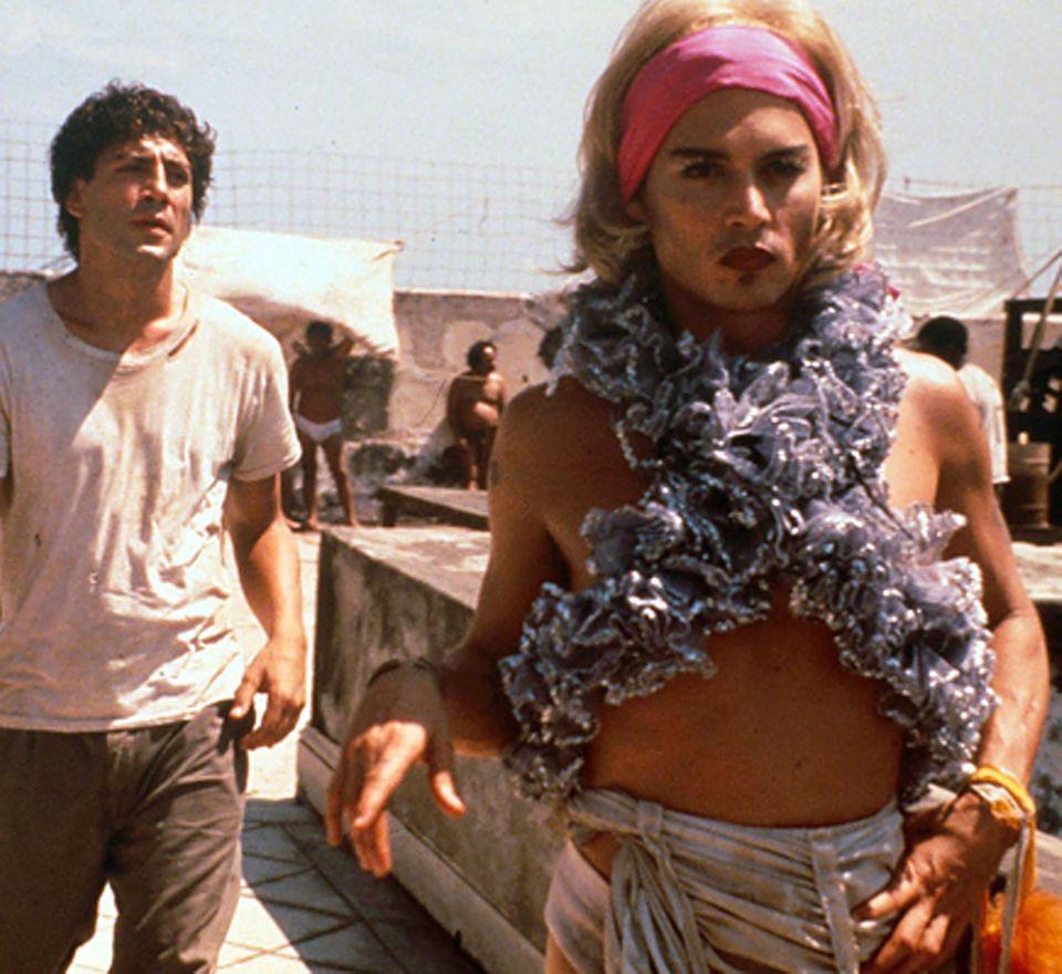 """In der Filmbiografie """"Bevor es Nacht wird"""" (2000) verkörpert Depp neben Javier Bardem den Transvestiten """"Bon Bon"""" - inklusive Make-up, Perücke und Volantschal."""