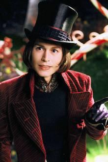 """Als exzentrischer Fabrikbesitzer """"Willy Wonka"""" in """"Charlie und die Schokoladenfabrik"""" (2005) spielte sich Johnny auch aufgrund seiner schrägen Kostüme in die Herzen vieler Kinder."""