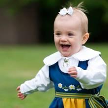 Prinzessin Estelle zeigt sich am Nationalfeiertag am 6. Juni erstmals in der traditionellen Tracht und läuft durch den Park von Schloss Haga.