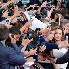 Das Hollywoodpaar nimmt sich auf dem roten Teppich viel Zeit für die Fans.