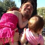 Am Vatertag wird Alexis Denisof von seinen Töchtern Satyana und Keeva mit Zuneigung überschüttet.