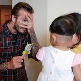 David Beckham scherzt mit einem kleinen Patienten im Kinderkrankenhaus im chinesischen Hangzhou.