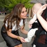 Brooke Shields, selbst Mutter einer Tochter, kann sich der Niedlichkeit dieses Babys bei einer Spielplatz-Party im New Yorker Central Park nicht entziehen.