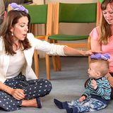 Bei ihrem Besuch in einer Kindertagesstätte hat Prinzessin Mary ihr Herz an den kleinen Mike verloren und albert mit ihm herum.