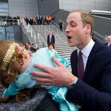 Auch Prinz William hat nicht viel Erfolg bei dieser jungen Dame in Schottland. Er will ihr ein Küsschen geben, sie wendet sich ab.