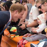 Dass Prinz Harry gut mit Kindern kann, weiß man ja spätestens seit Prinz George auf der Welt ist. Aber auch mit den Kiwi-Babys scheut der immer gut gelaunte Party-Prinz nicht den Grimassen-Contest.