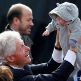 Auch wenn er selbst gar nicht mehr gewählt werden will, hebt Bill Clinton in aller Öffentlichkeit ein Baby in die Höhe.