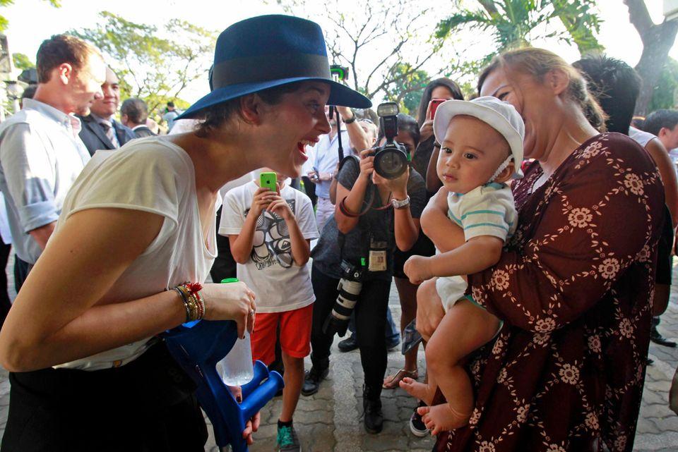 27. Februar 2015: Marion Cotillard besucht gemeinsam mit dem Präsidenten von Frankreich, Francois Hollande, eine französische Schule in Manila.