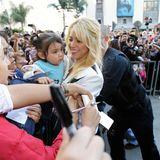 Trotz Fantrubel findet Shakira die Zeit ein Baby zu herzen.