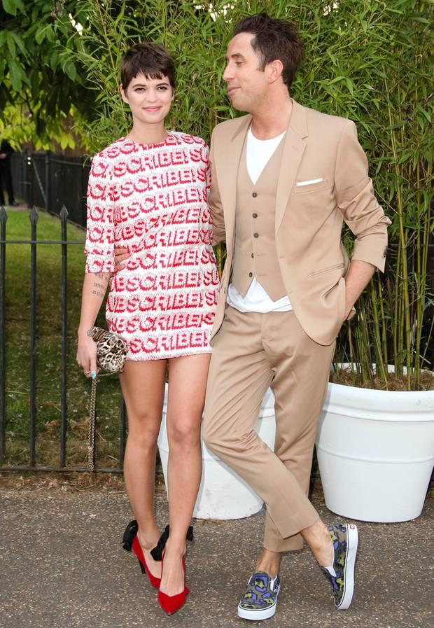 Pixie Geldof, hier mit ihrem Freund Nick Grimshaw, zeigt sich im megakurzen Paillettenkleid.