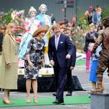 """In Arnhem sorgen die Darsteller am """"Weg der lebendigen Statuen"""" durch Posen in historischen Kostümen offensichtlich für gute Laune. Auf dem Markt werden die Geschichte der jahrhundertealten Stadt und ihre Besonderheiten an zwölf Stationen dargestellt."""