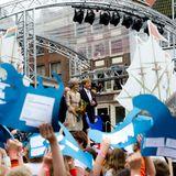 In Hoorn, einer Stadt aus dem 12. Jahrhundert, gibt es eine Mischung aus modernem und historischem Programm für die Royals. Auf der Bühne sollen, nachdem das Königspaar seinen Auftritt hatte, unter anderem Schüler ein Musical aufführen. Die ganze Stadt am Ijsselmeer hat sich herausgeputzt, hat Fahnen aus den Fenstern hängen und wird als Kulisse für die vielen Vorführungen genutzt.