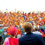 """In Emmeloord, der dritten Tagesetappe, bekommt das Königspaar von rund 2.900 Schülern das """"Noordoostpolder-koningslid"""" vorgesungen."""