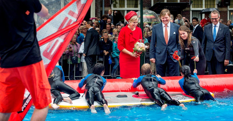 Die Einwohner der mehr 1000 Jahre alten Stadt Zierikzee zeigen ihrem König und ihrer Königin an Ständen und auf Bühnen, was sie zu bieten haben. Vier Schüler nutzen das noch immer trübe Wetter für Wasserspiele mit dem Surfbrett, während andere den Pool mit kleinen Segelbooten durchkreuzen.