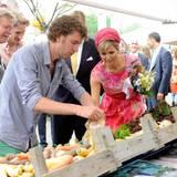 Bei der Präsentation von lokalen Erzeugnissen schaut Königin Máxima genau hin, was die Emmeloorder in ihren Gemüsekästen zeigen.
